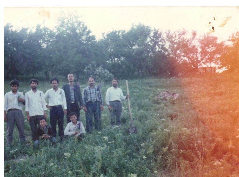 ایستاده از سمت راست: رمضان نصیری، محمودی زند، خسرو و ایرج عبدی، کریم نصیری، نادر اسلامی؛ نشسته از سمت راست: ناشناس، شعبان نصیری